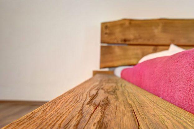 Schlafzimmer Balkenbett in Eiche Bettseite