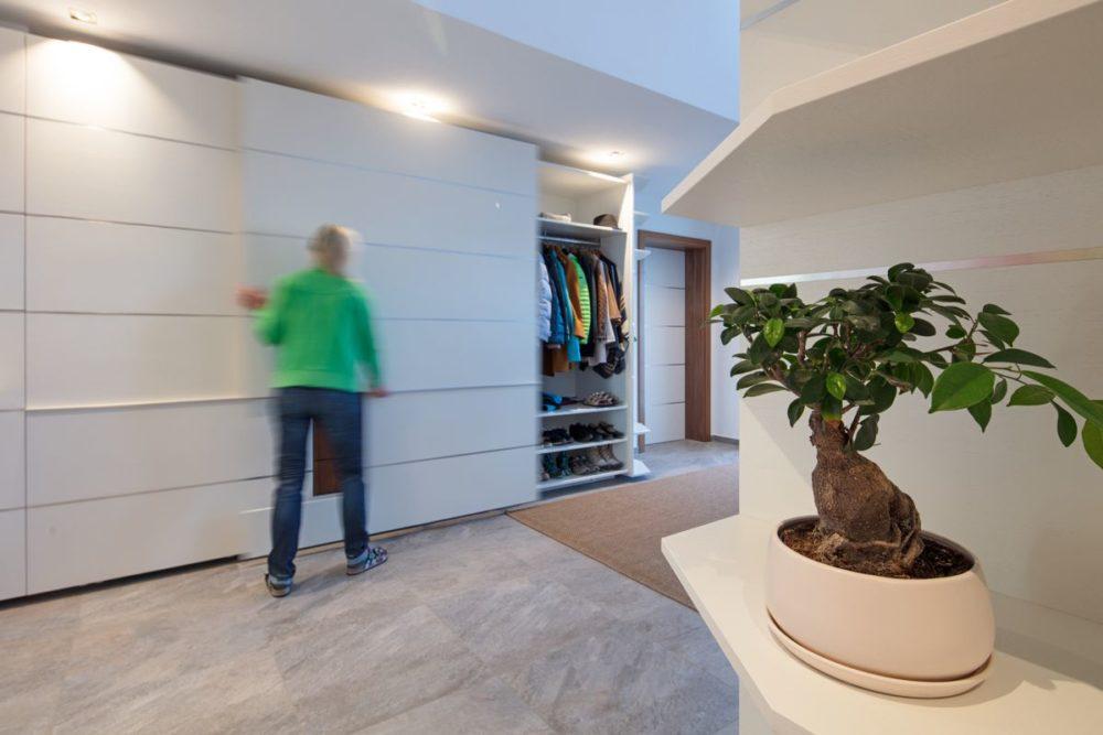 Garderobe Nußbaum und Weiß