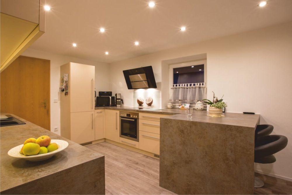 Küche im eleganten Design mit Kochinsel