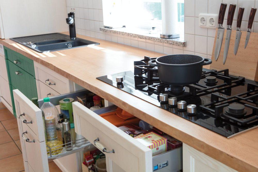Küche in Esche weiß und grün Arbeitsplatte Buche Kochfeld mit Gas