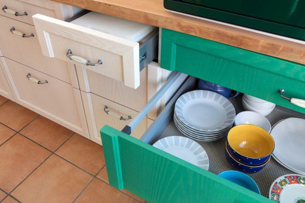 Küche in Esche weiß und grün Arbeitsplatte Buche Schubladen