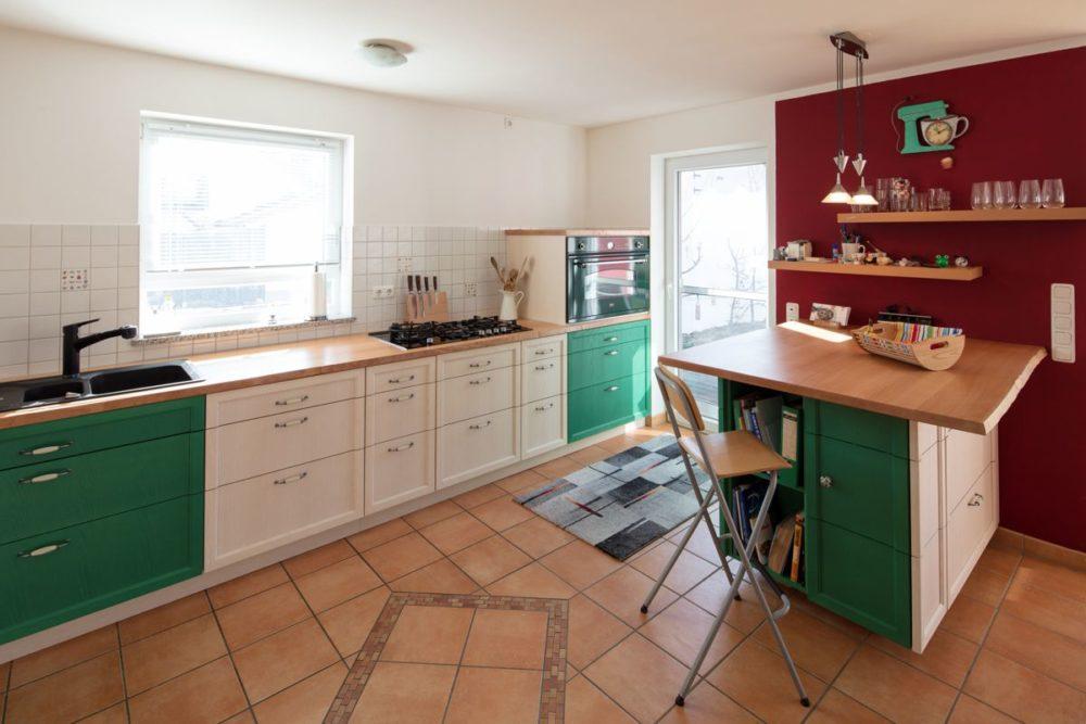 Küche in Esche weiß und grün Arbeitsplatte Buche mit Waldkante