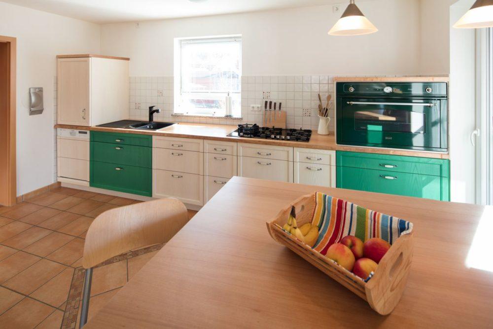 Küche in Esche weiß und grün Arbeitsplatte Buche